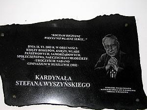 Tablica upamiętniająca nadanie w dniu 16.06.2003 r Gimnazjum w Huszlewie imienia Kardynała Stefana Wyszyńskiego, powyżej sala gimnastyczna.